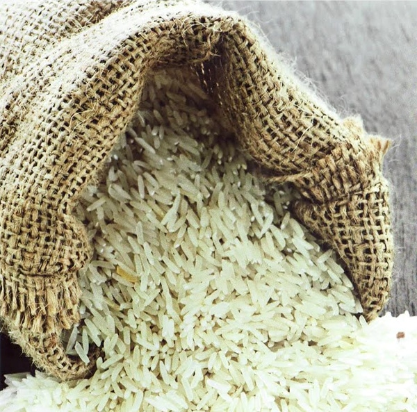 main-basse-sur-le-riz